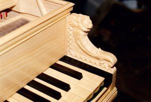 23_Détail du clavier et sa sculpture. Anne & Ian Tucker.
