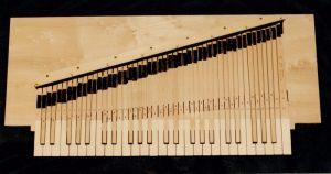 06_Clavier de l'Enfant ; le fond de l'instrument est aussi le châssis du clavier. Anne & Ian Tucker.