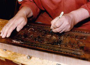 09_Sculpter le bloc de bois qui servira à l'impression des papiers décoratifs typiques du style flamand. Anne & Ian Tucker.